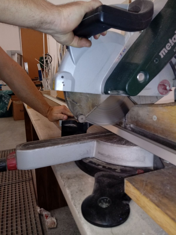 Cutting aluminum profiles